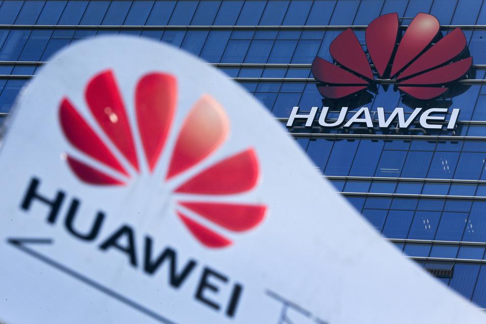 Das Huawei-Logo ist vor und auf dem Forschungs- und Entwicklungszentrum des Konzerns zu sehen.