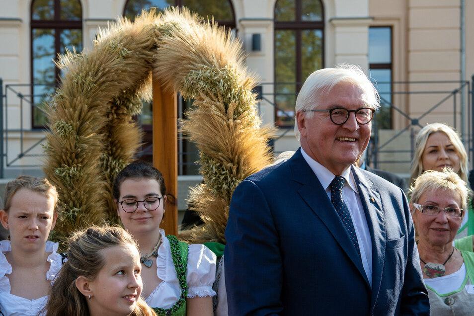 Jedes Jahr erhält der Bundespräsident vom Deutschen Bauernverband eine Erntekrone überreicht. Im letzten Jahr war er in Ribbeck im Havelland zu Gast.