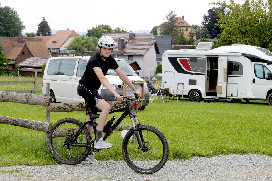"""Tim Hausotte aus Frankfurt/Main campt mit seiner Freundin auf dem """"Campingplatz Schanzberg"""" in Oberseifersdorf."""