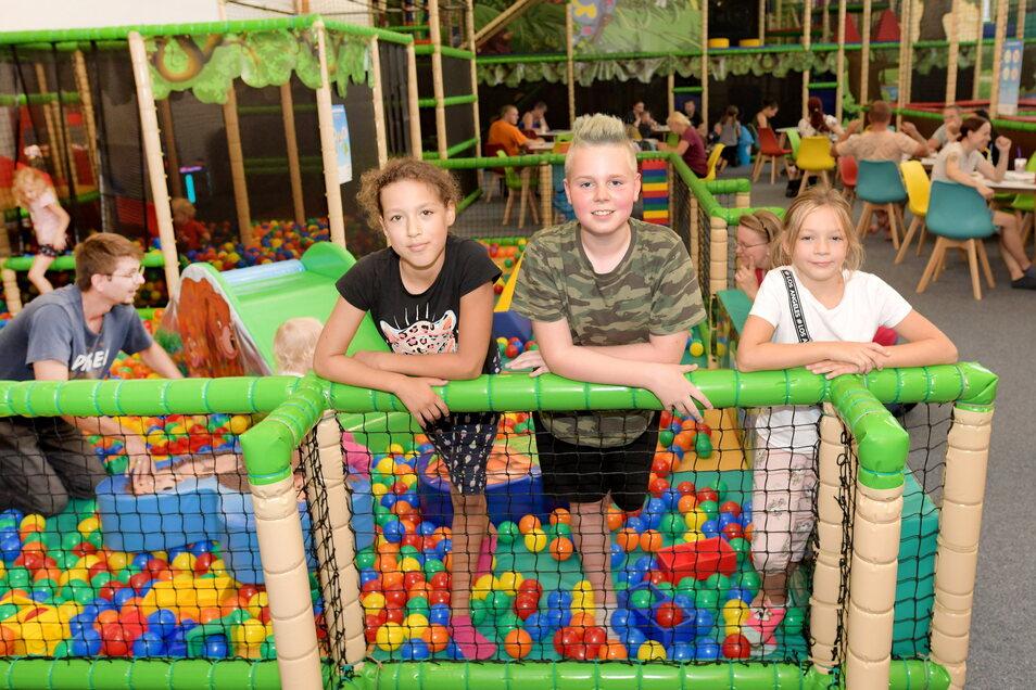 Ashley, Anthony und Melina (v.l.) waren die ersten Gäste im Kinderland im Westpark.