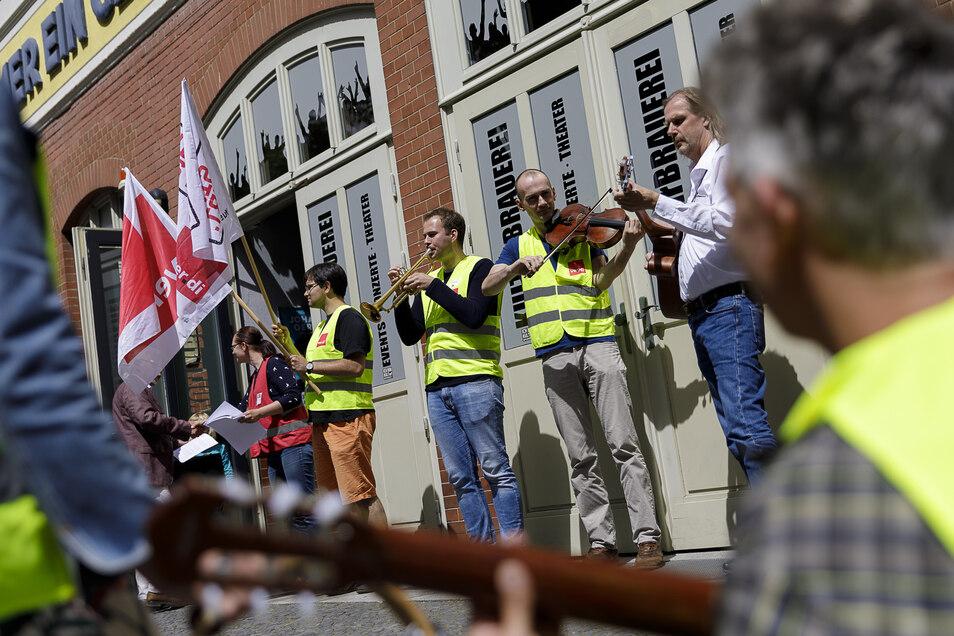 Ein knappes Dutzend Musikschullehrer der Kreismusikschule protestierte vor dem Kreistag in der Landskronbrauerei.