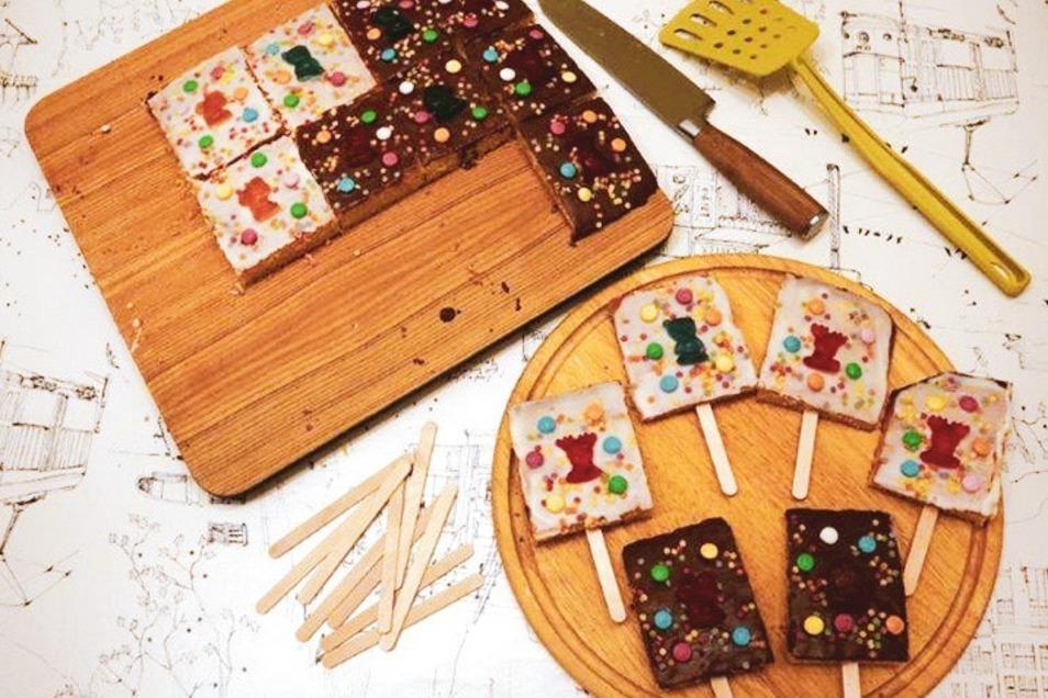 Kuchen am Stiel sind ein Hingucker bei Kindergeburtstagen. Aber auch als Beschäftigung der Kids in Homeoffice-Zeiten sind die kleinen Stielkuchen sehr gut geeignet.
