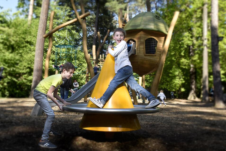 Die Spielplätze sind wieder geöffnet und die Kinder toben nach Herzenslust - wie hier auf dem Waldspielplatz in Kleinzschachwitz.