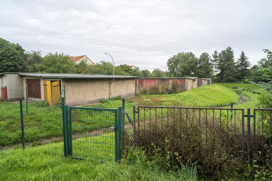 """Die 39 Garagen der einstigen Garagengemeinschaft """"Saugrund"""" sind vielfach bereits leer. Sie sollen dem neuen Regenrückhaltebecken weichen."""