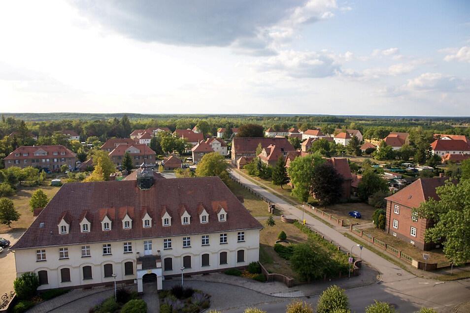 Im Bild zu sehen: Kulturhaus Laubusch mit Teilen der Gartenstadt Erika im Lautaer Ortsteil Laubusch.
