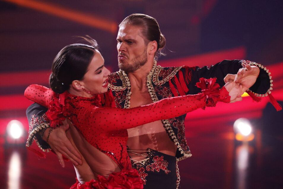 """Der Fußballer Rurik Gislason und Profitänzerin Renata Lusin tanzen bei der RTL-Tanzshow """"Let's Dance""""."""