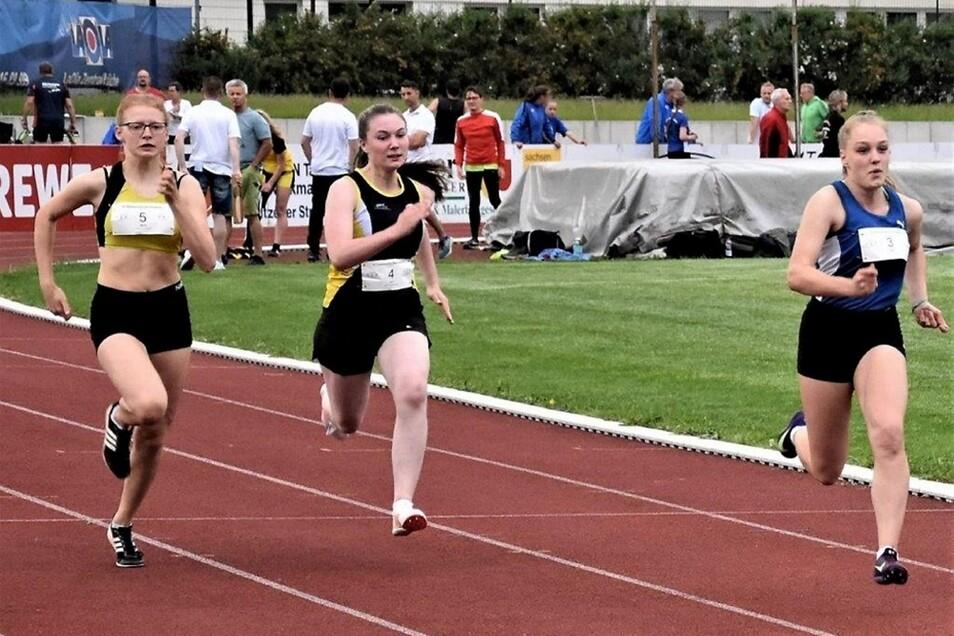 Lara Ziemer (M.), ehemalige Sportakrobatin, sammelt nun Wettkampfpraxis bei den Leichtathleten des SC Hoyerswerda. Hier ist sie beim 100-m-Sprint zu sehen.