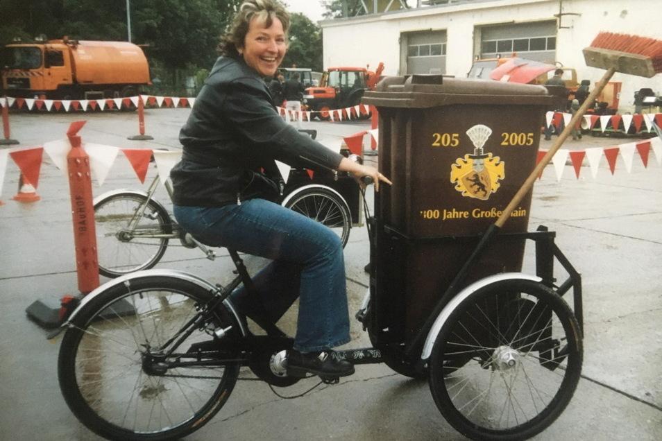 Wir sind mit dem Radl da: Kathrin Krüger testete 2005 die neuen Lastenfahrräder des Bauhofes. Sie waren zur 800-Jahrfeier der Stadt angeschafft worden.