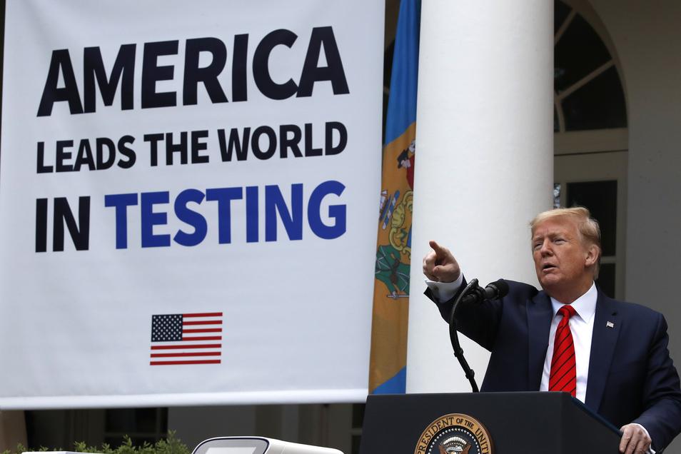 Donald Trump bei einer Rede zur Lage der Covid-19-Pandemie im Rosengarten des Weißen Hauses. Die Botschaft auf dem Plakat: Amerika ist weltweit führend bei Corona-Tests.