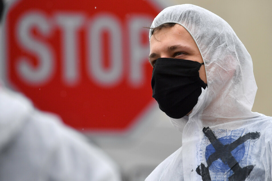 """Umweltaktivisten der Organisation """"Ende Gelände"""" haben am Sonntag eine Zufahrt zum Braunkohlekraftwerk Lippendorf blockiert."""