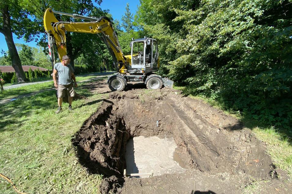 An dieser Stelle ist eine große Trinkwasserleitung im Westpark in Zittau gebrochen.
