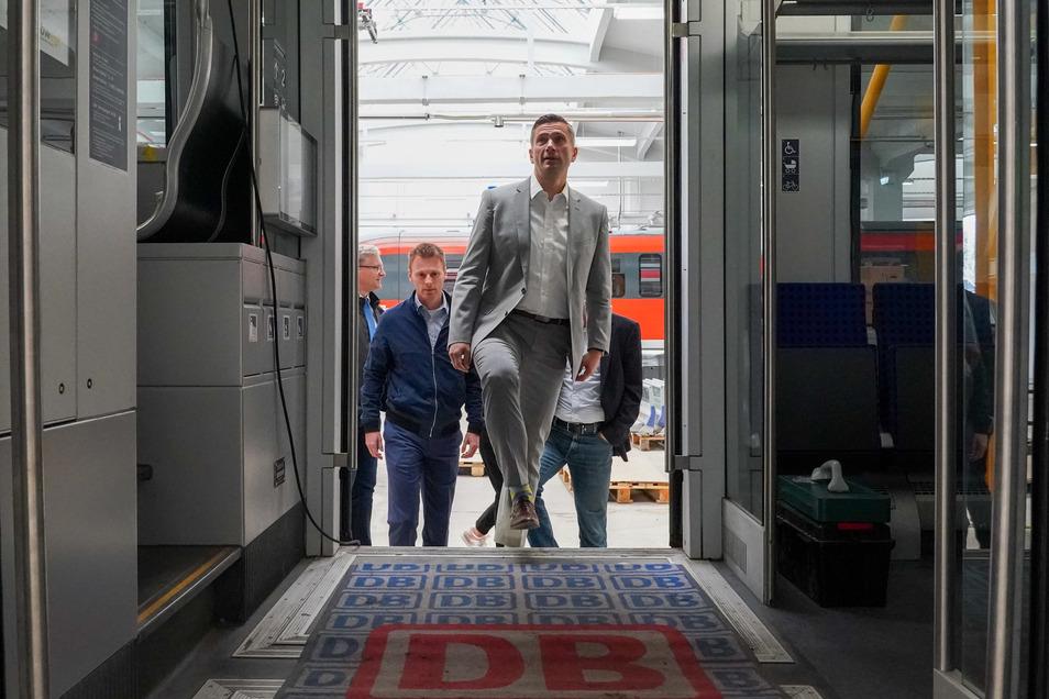 Einstieg in den Umstieg? Sachsens Verkehrsminister Martin Dulig (SPD, vorn), hier im innovativen Hybridzug namens Eco-Train der Erzgebirgsbahn, will den Schienenverkehr in Deutschland grundlegend sanieren.