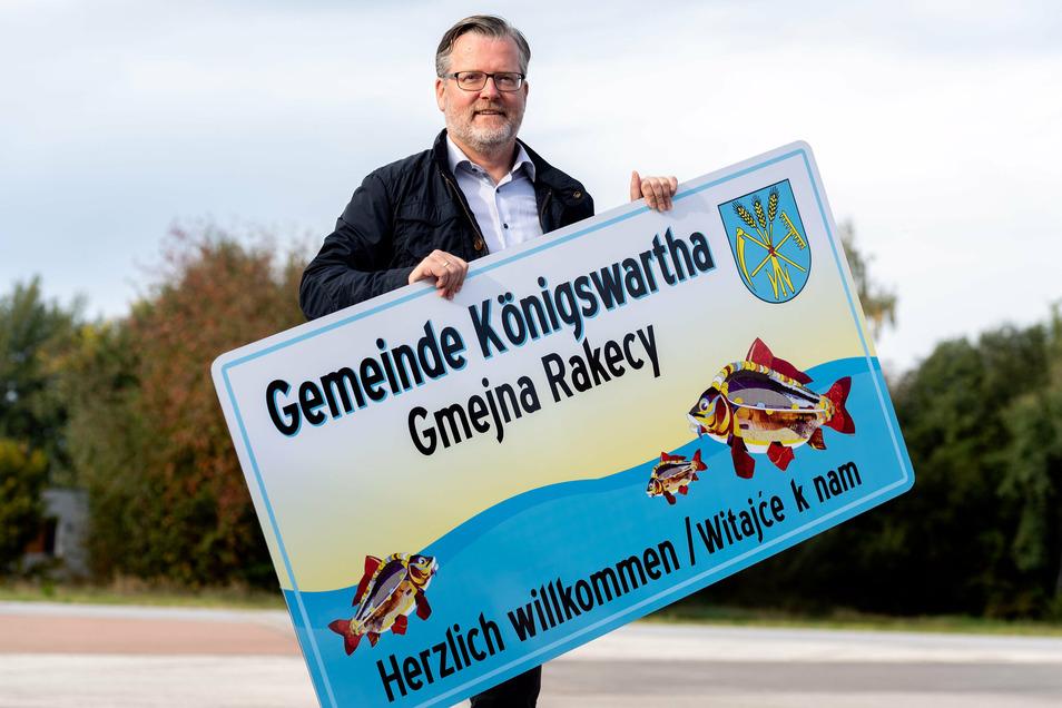 Bereits seit zwei Jahren beabsichtigen Bürgermeister Swen Nowotny und der Gemeinderat von Königswartha, Gäste mit besonderen Willkommensschildern zu begrüßen. Nun endlich dürfen sie montiert werden.