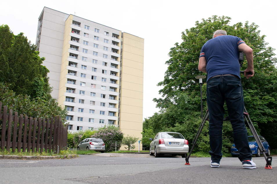 Ein Kameramann filmt vor dem Studentenwohnheim.