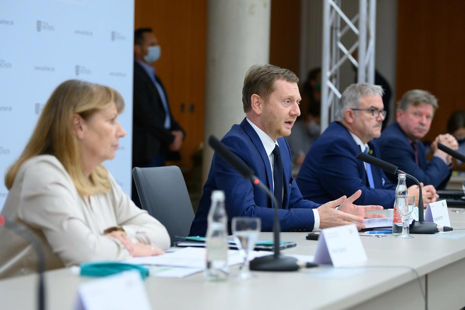 Sozialministerin Petra Köpping und Ministerpräsident Michael Kretschmer (v.l.) nach einem Treffen mit Landräten und Oberbürgermeistern.