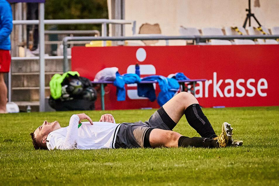 Eine Szene mit Symbol-Charakter: VfL-Kicker Maximilian Unger liegt nach der Heimniederlage gegen Leipzig enttäuscht am Boden.