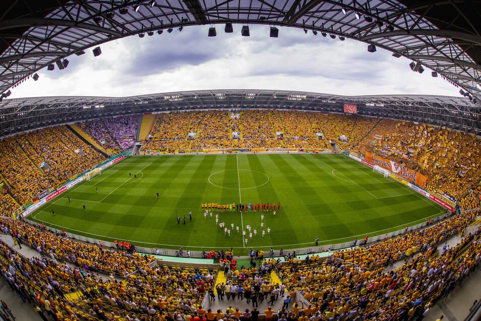 """""""Alle in Gelb"""" - so lautete das Motto der Dynamo-Fans für das Pokalduell gegen RB Leipzig am 20. August 2016. Mit 29.222 Zuschauern war das Dresdner Stadion ausverkauft. Was die Dramatik betrifft, erfüllte das Spiel alle Erwartungen an einen Pokalfight."""