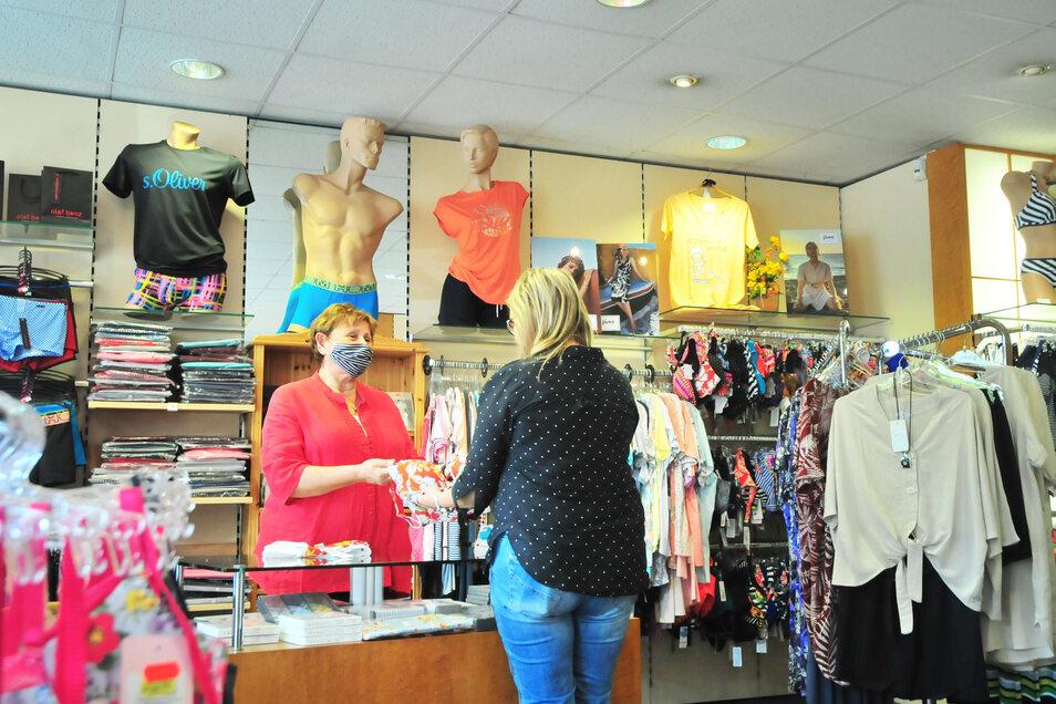 """Maskenpflicht herrscht nach wie vor in den Geschäften - hier bei Karin Roisch in der """"Wäschetruhe""""."""