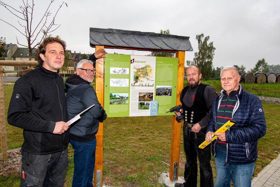 Am Rastplatz am Harthaer Bahnhof ist die erste Informationstafel für den Rundwanderweg angebracht worden.