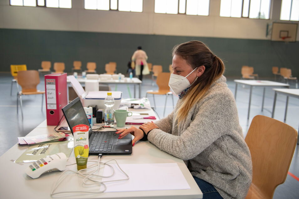 Steffi Aurich nimmt die Testpersonen mit Chipkarte auf. Und für jeden Besucher hat sie auch ein Lächeln parat.