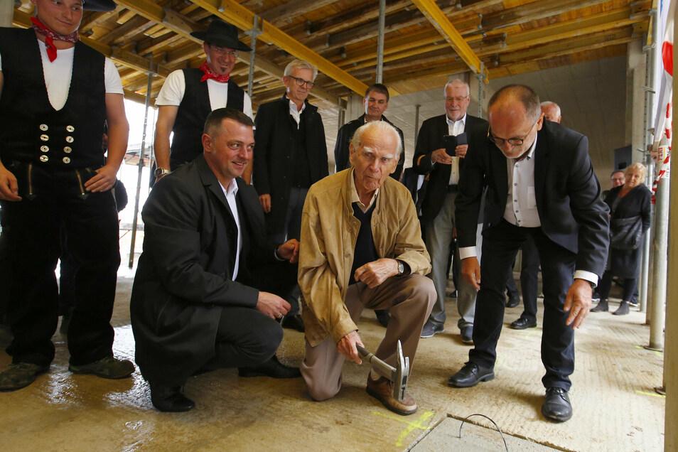 Bei der Grundsteinlegung auf dem Lessing-Campus in Kamenz nahmen Vize-Landrat Udo Witschas und OB Roland Dantz Werner Geißler in ihre Mitte. Der 100-Jährige war einst Schüler und später Lehrer am Gymnasium.