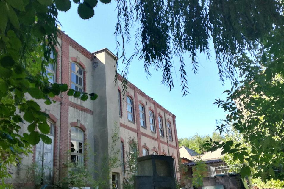 Nur dieses große Gebäude der ehemaligen Schnallenfabrik ist von der Leisniger Weststraße aus zu sehen. Doch es gibt noch mehrere Hintergebäude. Im Keller des früheren Trafohauses haben sich am Freitag womöglich giftige Dämpfe gebildet.