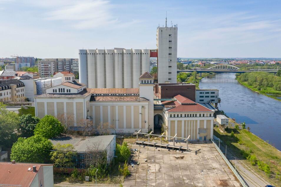 Die beiden Gebäude vor den Silos und dem Turm bildeten früher die Hübler-Mühle. Beide Bauten sind denkmalgeschützt - das erschwert die Suche nach einem sinnvollen und finanzierbaren Nutzungskonzept.