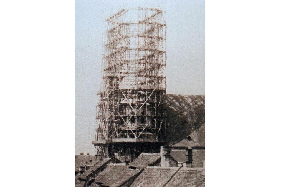 1889 begann unter Gerüsten der Bau der neugotischen Westtürme der Kirche. Der Bau dieser 90 Meter hohen Türme kostete 206 000 Mark. Foto: Ratsarchiv Görlitz