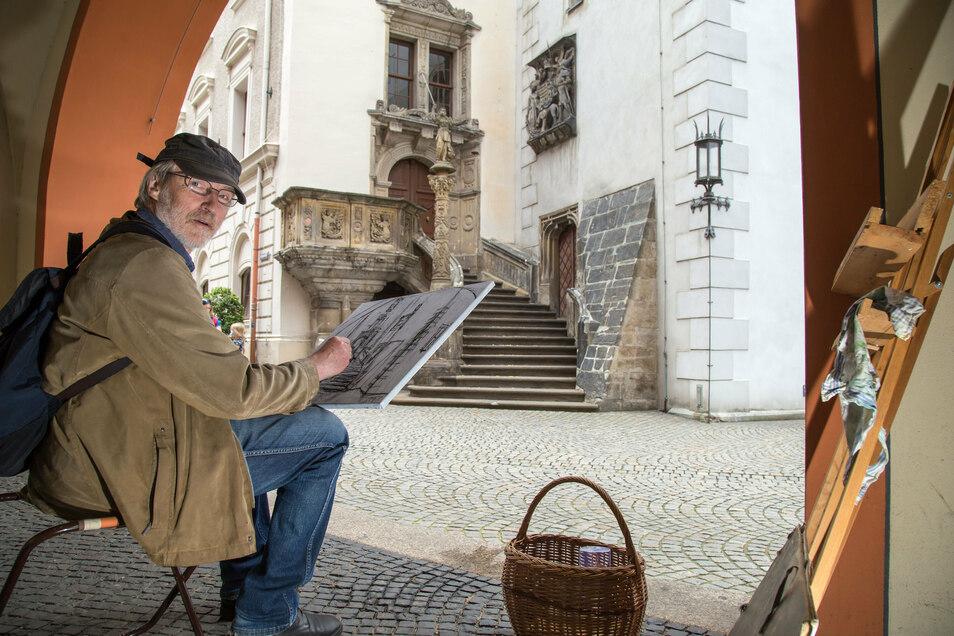 So hat ihn der eine oder andere in den vergangenen Tagen vielleicht gesehen: Martin Baier an der Görlitzer Rathaustreppe. Um sie zu zeichnen, kam er extra aus Leipzig.