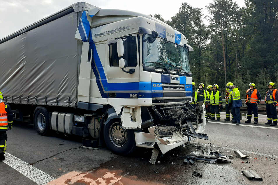 Großer Schaden entstand am Mittwochvormittag auf der A 4 bei Pulsnitz, wo mehrere Lkw ineinander fuhren.
