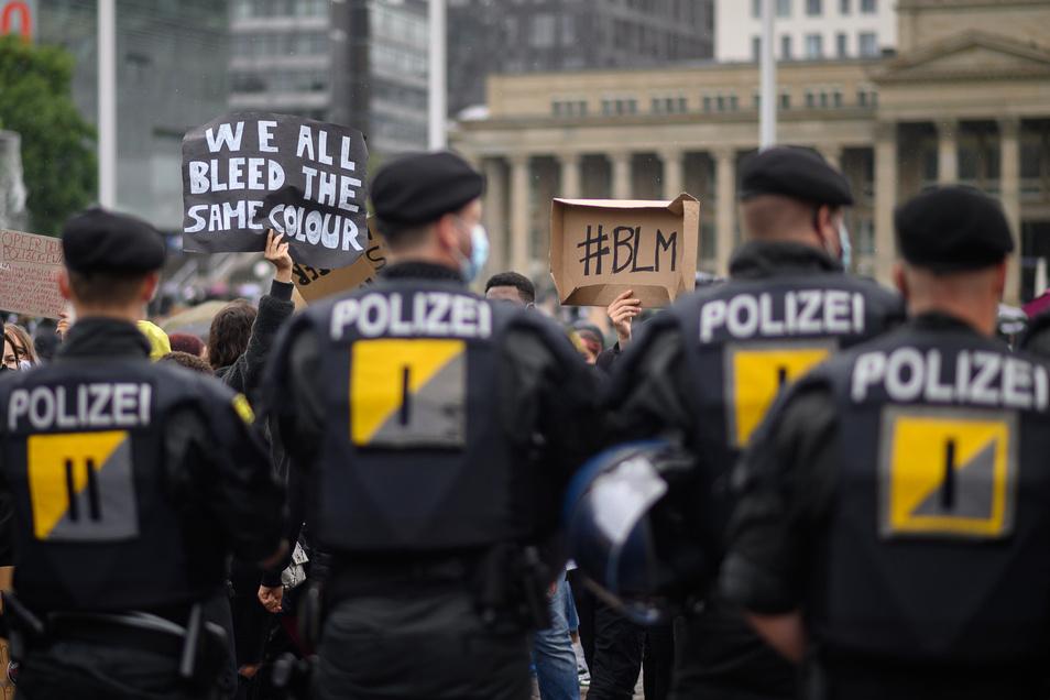 Polizeibeamte stehen während einer Demonstration gegen Rassismus vor Demonstranten in Stuttgart. Zehntausende Menschen hatten in Deutschland am Samstag gegen Rassismus und Polizeigewalt demonstriert.