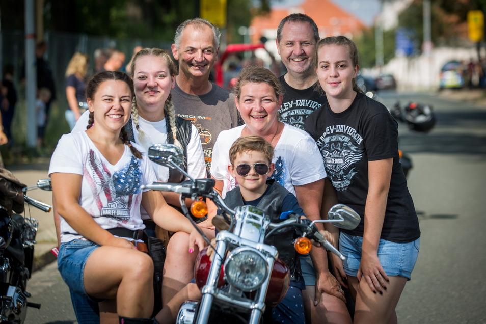 Bei den Harley Days in Dresden traf der siebenjährige David (vorn Mitte) mit der ganzen Großfamilie zusammen.