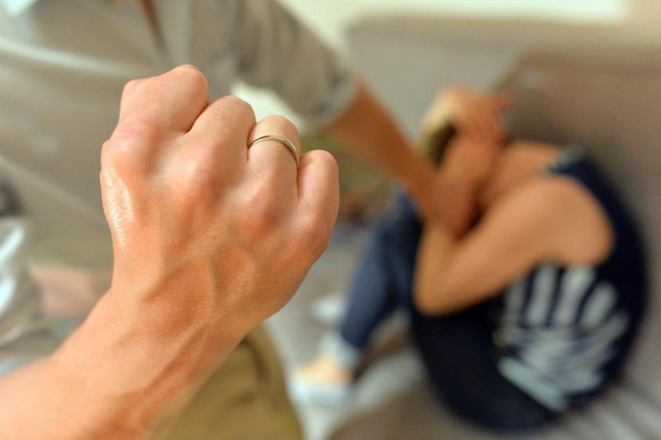 Häusliche Gewalt besteht nicht nur aus Faustschlägen, Prügel und körperlicher Misshandlung, wie in dieser Szene nachgestellt ist. Wenn Frauen diese Gewalt zu Hause nicht mehr aushalten, finden sie Hilfe im Frauenhaus. Symbolbild