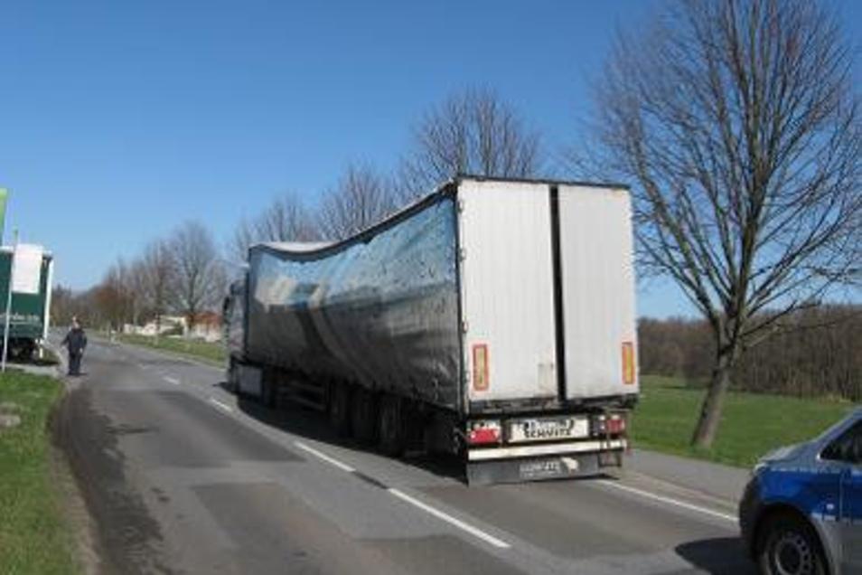 Verrutschte Bierkästen beulten die Plane eines Lasters aus, den die Polizei am Montag in Radeberg stoppte.