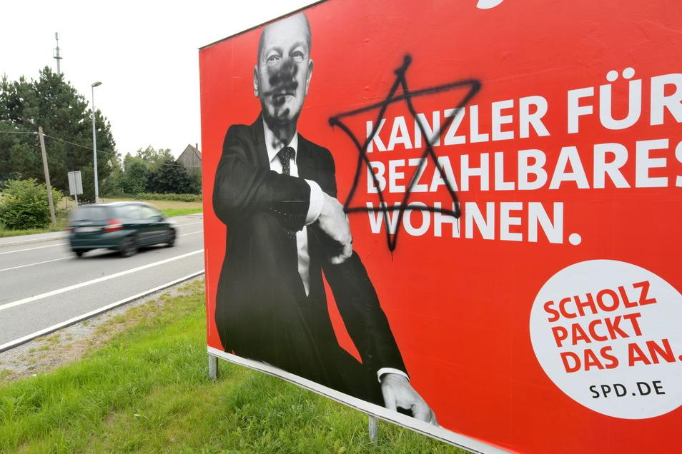 Dieses Wahlplakat von SPD-Kanzlerkandidat Olaf Scholz wurde in Seifhennersdorf in der Zollstraße beschmiert.