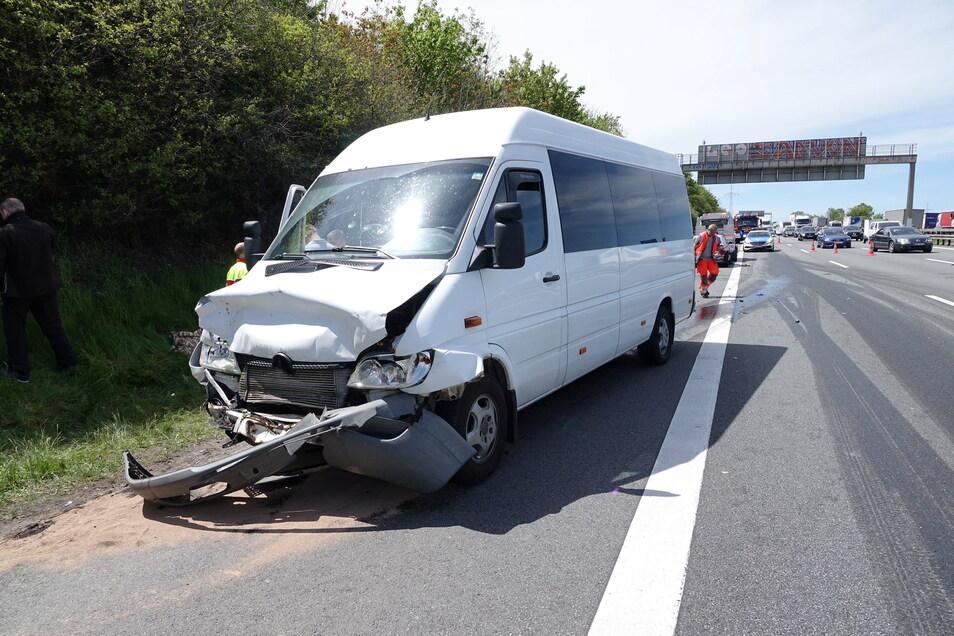 Durch den Unfall entstand auch eine Ölspur auf der Autobahn, die von einer Spezialfirma beseitigt werden musste.