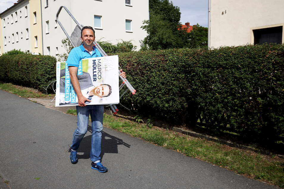 Riesas alter und neuer Oberbürgermeister Marco Müller (CDU) beim Abnehmen seiner Wahlplakate in der Pausitzer Delle.