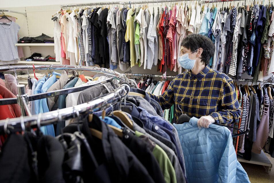 Ines Stübner arbeitet in der Kleiderkammer des DRK in der Görlitzer Hospitalstraße. Hier können sich Bedürftige gegen eine Spende neu einkleiden.
