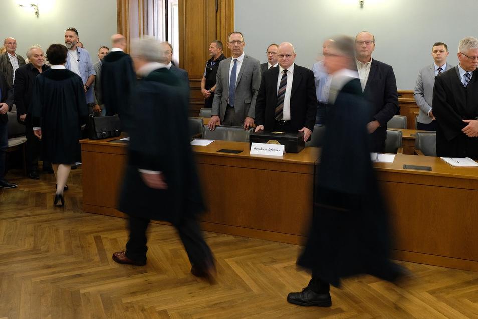 Jörg Urban (M), Landesvorsitzender der sächsischen AfD, steht vor der Urteilsverkündung im Saal des Verfassungsgerichtshofes in Leipzig.