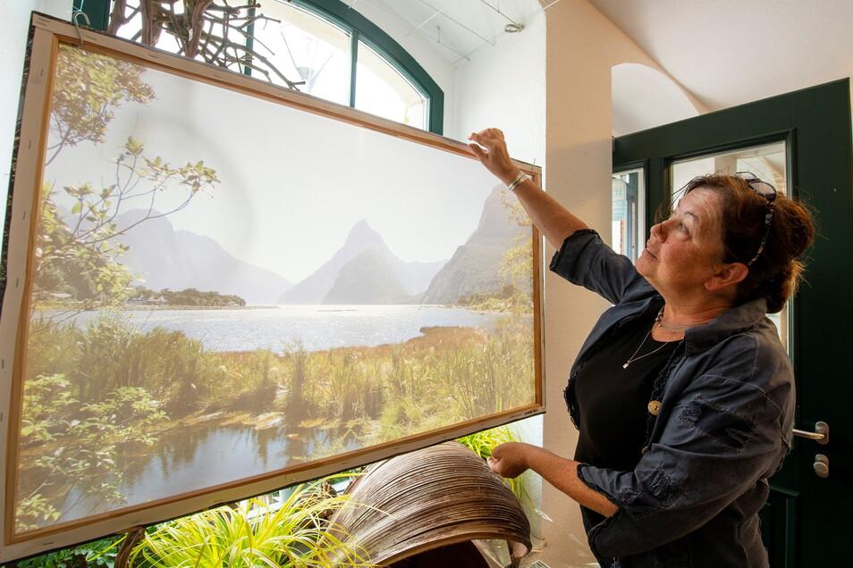 Kerstin Puhane hat in ihrem Geschäft bereits ein Fenster mit einem großen Urlaubsfoto und dazu passenden Pflanzen dekoriert.