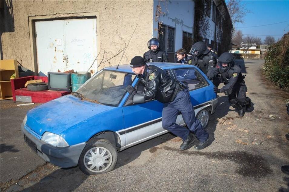 Die Polizei räumt die Barrikaden wieder ab.
