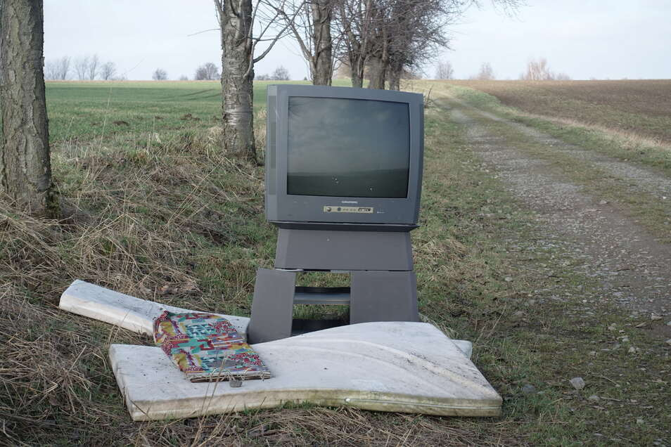 Am Feldweg zwischen Gadewitz und Döschütz haben sich Unbekannte vor kurzem einer Matratze und eines alten Fernsehers entledigt. Ebenfalls an dieser Straße lag eine Waschmaschine.