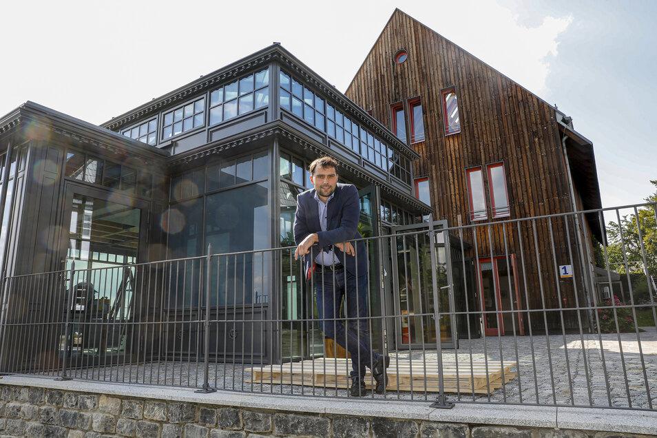 Markus Kranich am neuen Gebäude auf dem Seifhennersdorfer Windmühlberg, das am Wochenende eingeweiht wird.
