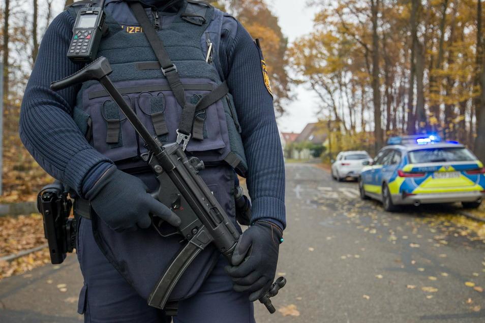 Ein Polizist bewacht die Zufahrt zu einem Wohnviertel, in dem auf offener Straße zwei Menschen zuvor erschossen worden waren.
