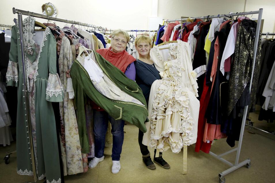 Die Arbeitslosenselbsthilfe Kamenz ist stolz auf ihren großen Kostümfundus mit überwiegend selbst genähten Kostümen. Nadja Shdanow (l.) und Marina Griete präsentieren hier einige Teile.