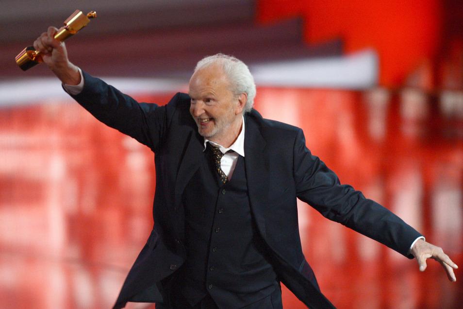 """Michael Gwisdek freut sich im Jahr 2013 bei der Verleihung des 63. Deutschen Filmpreises «Lola» über die Auszeichnung in der Kategorie """"Beste männliche Nebenrolle""""."""