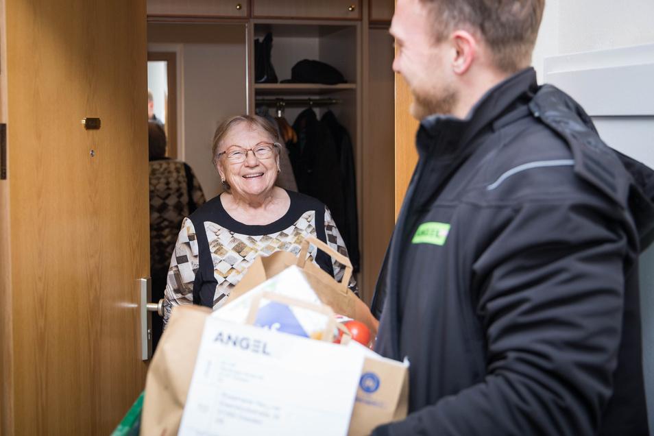 Lächeln bleibt erlaubt: Rosemarie Haußner freut sich über ihr erstes SZ-Hilfspaket.