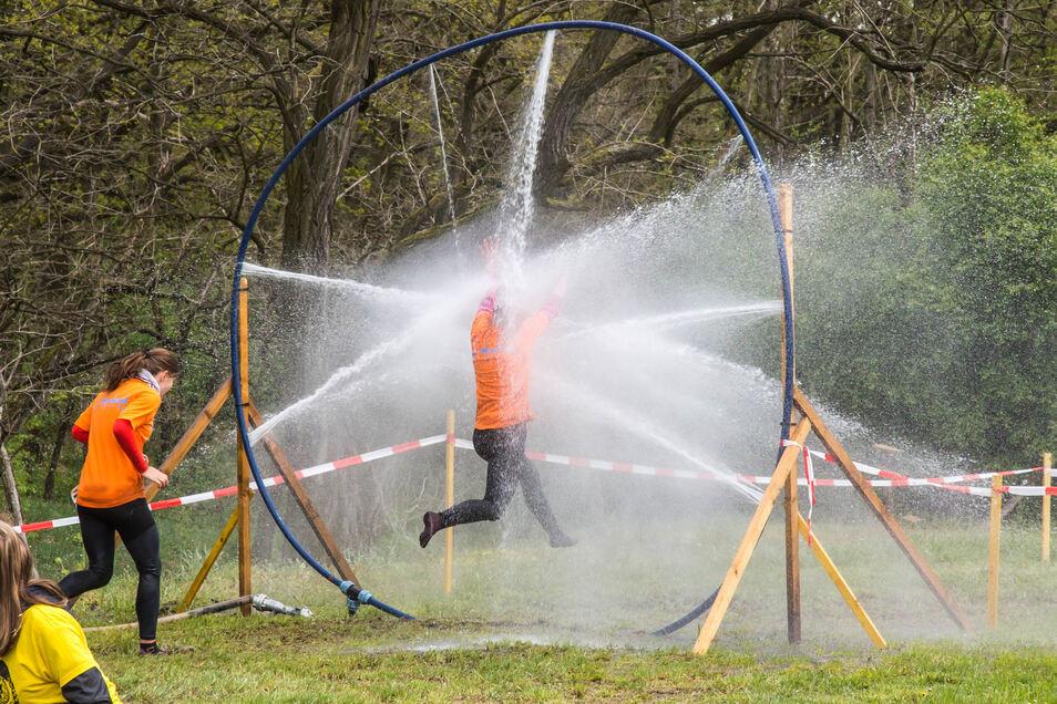 Eine kalte Dusche hält der Wasserring für die Teilnehmer bereit.