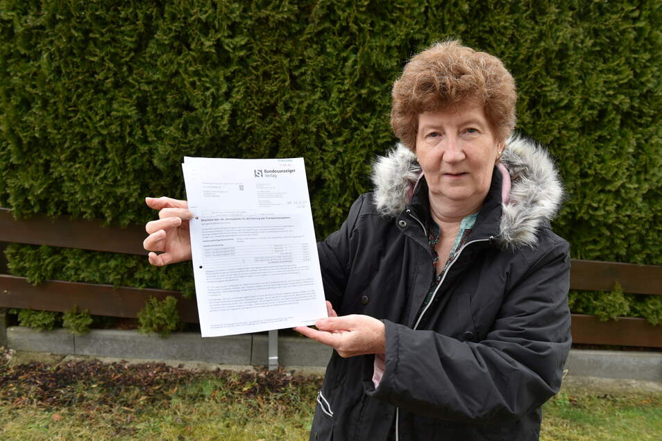 Gabi Rogall zeigt das Schreiben, dass sie vom Bundesanzeiger Verlag aus Köln bekommen hat - mit einer Aufforderung, eine Gebühr zu zahlen.