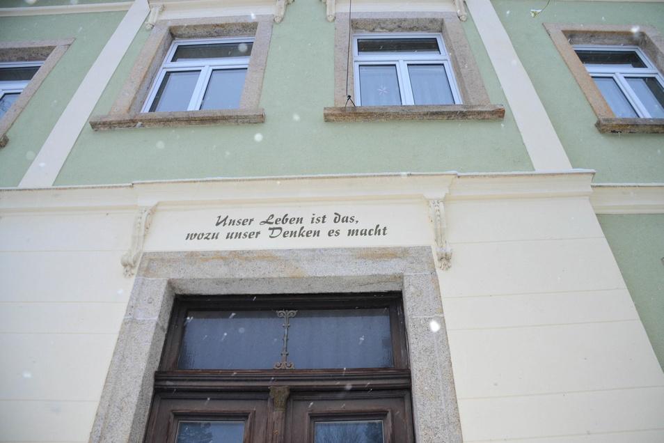 An der Fassade und über dem Eingangsportal zeugen Sprüche über die Nutzung des Hauses in der Vergangenheit.